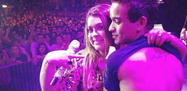 A cantora Preta Gil mostra a tatuagem que um fã tem nas costas.