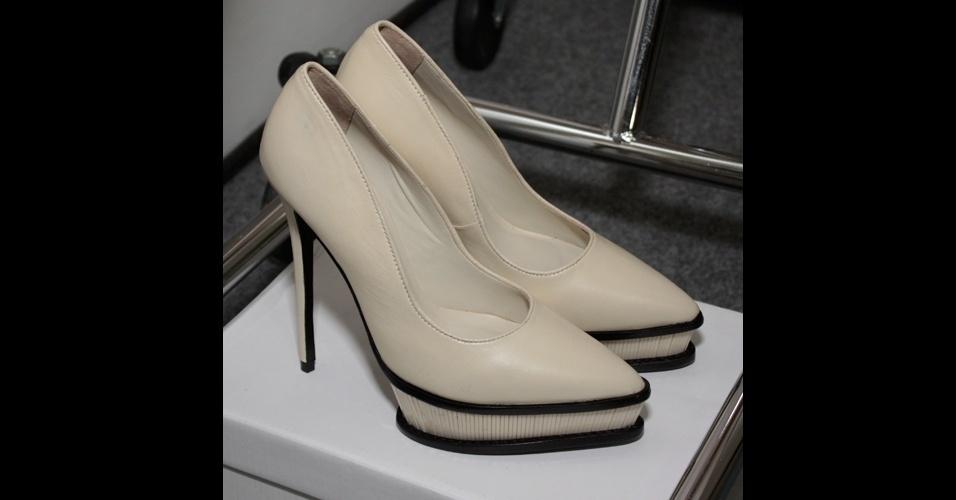 A coleção de Vitorino Campos trouxe poucas cores e formas limpas. Nos pés, as modelos usaram scarpins com detalhe na meia pata