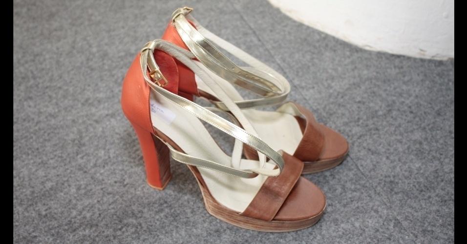 A marca de moda praia Movimento apresentou sandálias bicolores para o Verão 2013