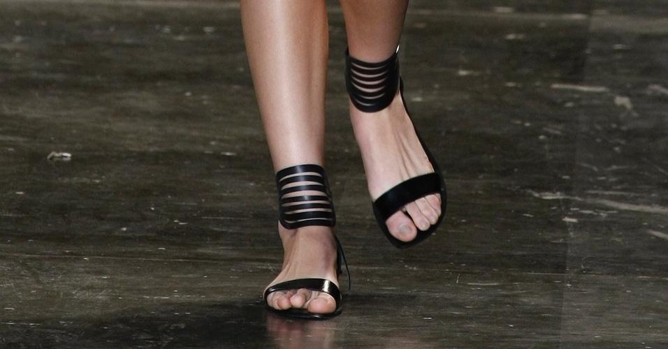 A rasteirinha da Uma é feita de borracha e vem com um detalhe amarrado ao tornozelo