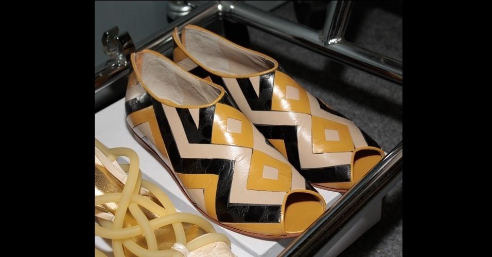 A tendência dos sapatos fechados se une às rasteirinhas no modelo de Luiza Perea para Ronaldo Fraga