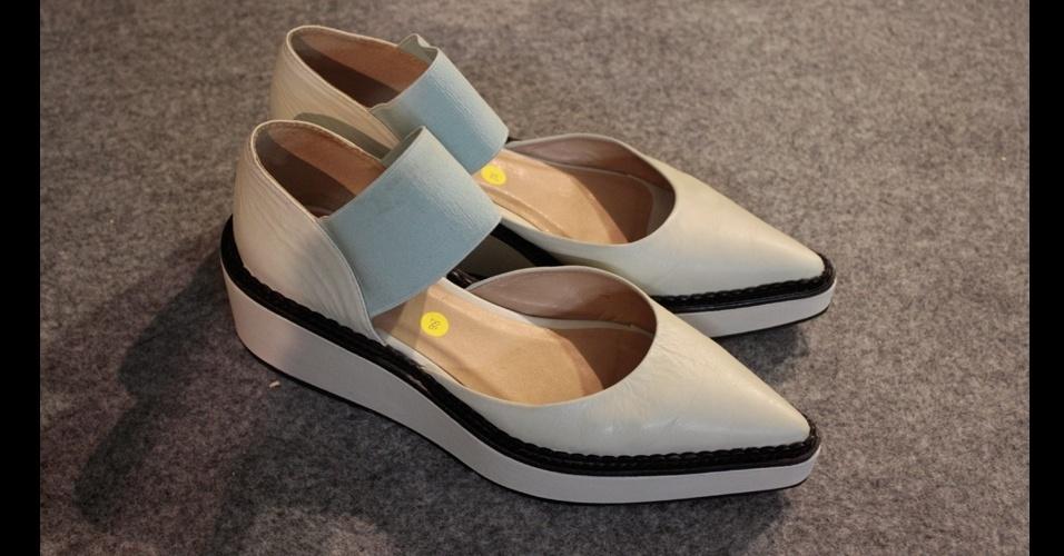 A Triton fugiu das tendências e criou um sapato com solado baixo, esportivo, mas com bico fino