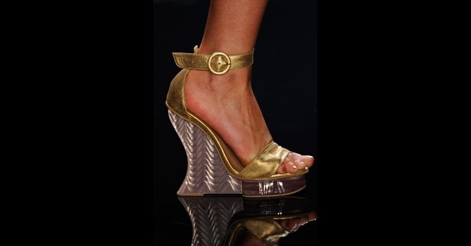 As sandálias com salto anabela permanecem para o verão, no desfile da Água de Coco, o modelo veio em formato arredodando na parte traseira