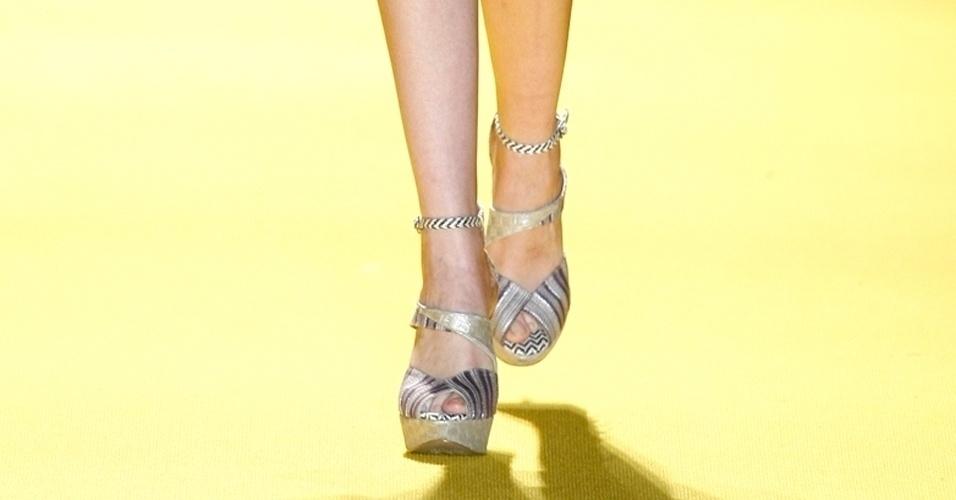 As tiras no tornozelo também apareceram nos sapatos estampados da coleção de André Lima