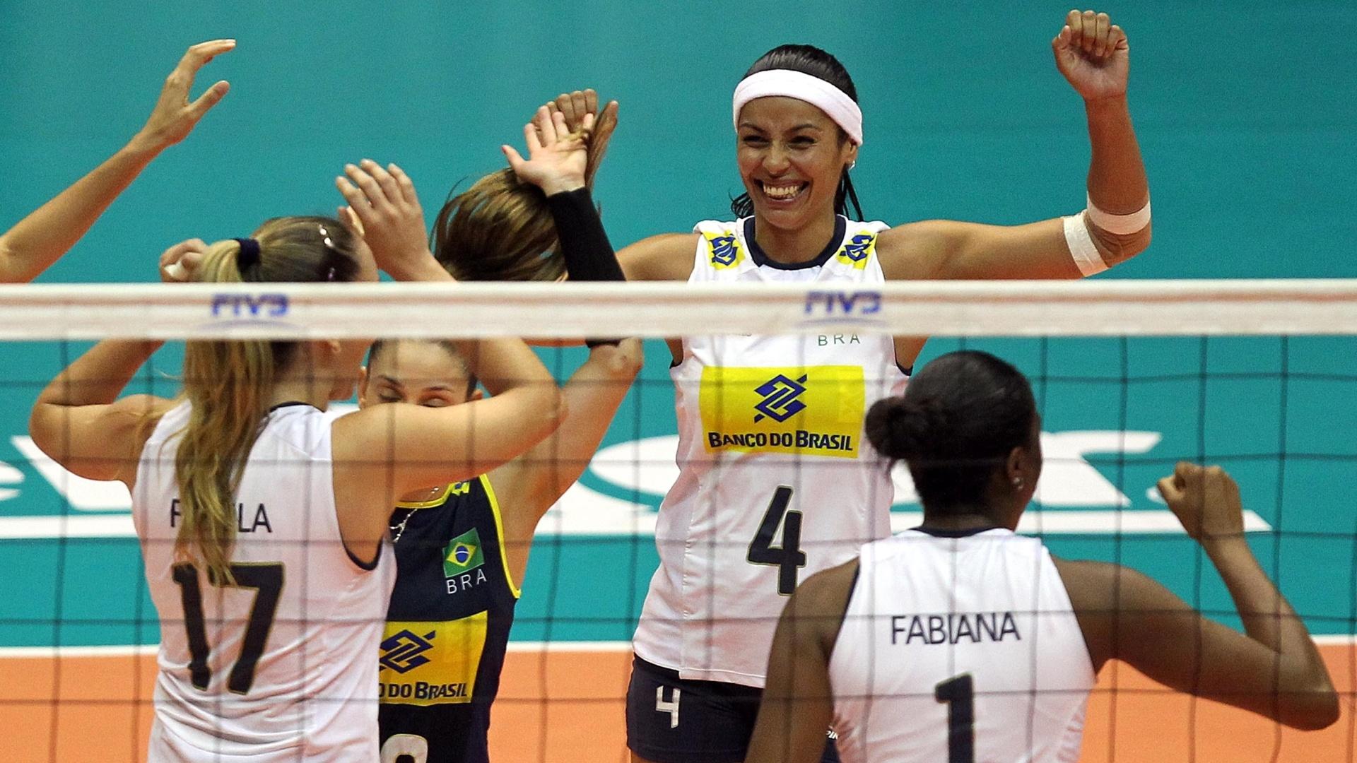 Brasileiras comemoram ponto da equipe na derrota por 3 sets a 1 para os Estados Unidos, em São Bernardo