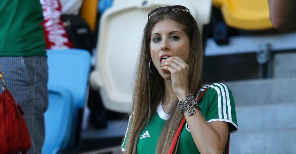Jun.2012 - Cathy Fischer, mulher do zagueiro alemão Mats Hummels, aguarda o início do jogo entre Alemanha e Dinamarca pela Eurocopa