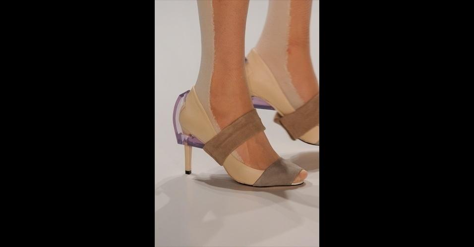Detalhes de acrílico e tiras de couro garantem outro modelo futurista na coleção de Gloria Coelho
