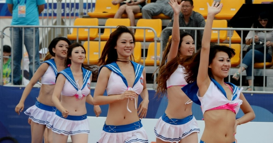 Em intervalo de partida de basquete de praia do terceiro Jogos Asiáticos de Praia, cheerleaders chinesas apresentam-se