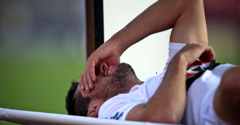 Fabrício, volante do São Paulo, deixa o campo no carrinho médico após sentir nova lesão durante o jogo contra o Atlético-MG