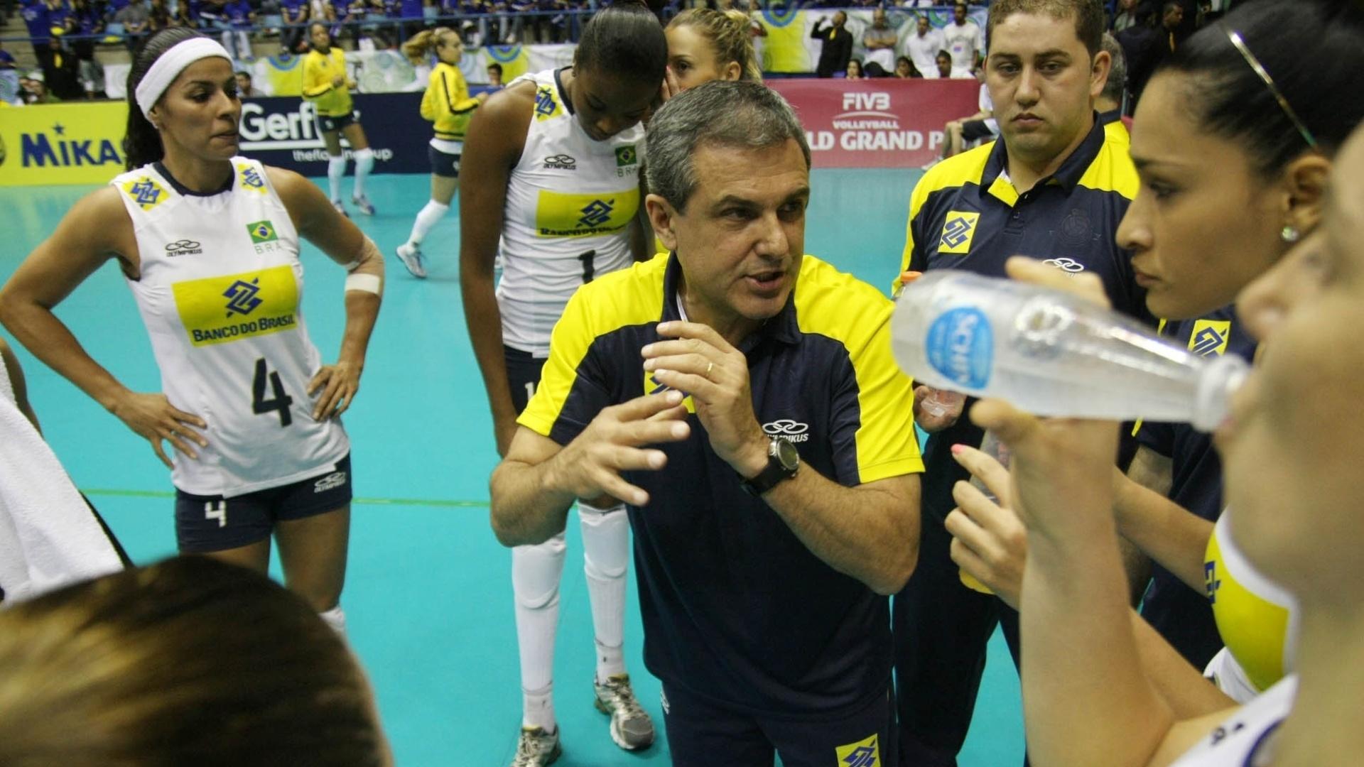 José Roberto Guimarães passa orientações às jogadores durante tempo técnico no duelo contra os Estados Unidos
