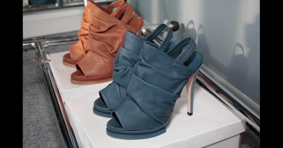 Juliana Jabour propôs uma versão de verão das ankle boots e transformou-as em tamancos peep toe