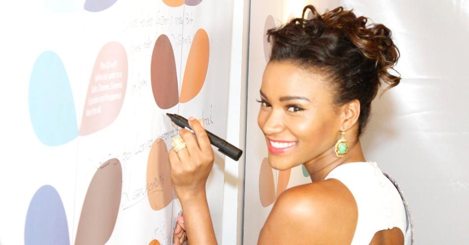 Leila Lopes, Miss Universo 2011, entrega prêmio de combate à desertificação em evento da Rio+20. A Miss é também é Embaixadora das Terras Áridas da UNCCD - Convenção das Nações Unidas de Combate à Desertificação ? problema enfrentado por seu país de origem, Angola