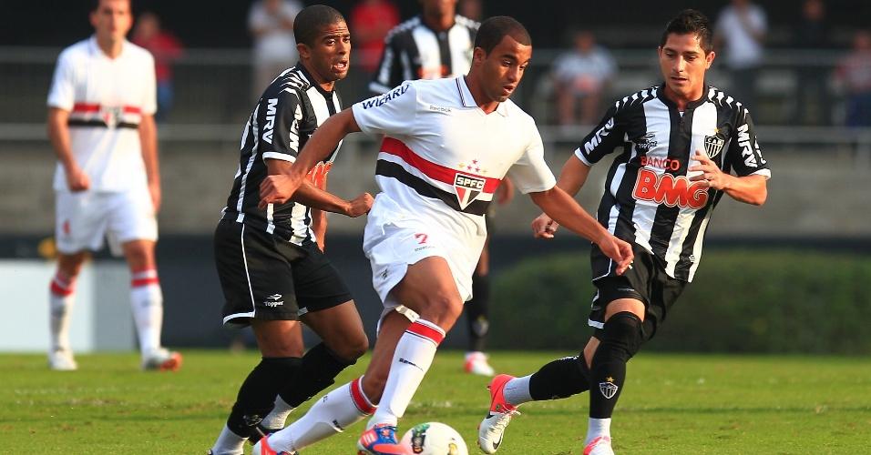 Lucas, do São Paulo, recebe marcação de Danilinho e Júnior Cesar, do Atlético-MG, em partida no Morumbi