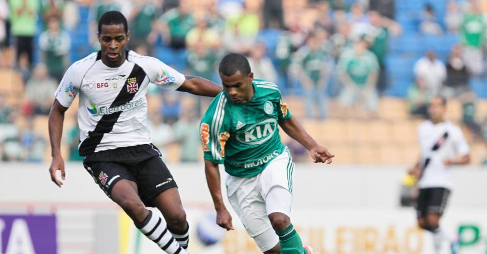 Mazinho, atacante do Palmeiras, passa por Dedé, do Vasco, para fazer gol do time paulista no jogo em Barueri