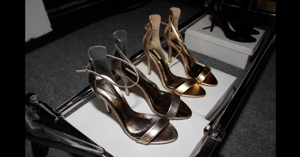 Na moda praia de Adriana Degreas, as sandálias apareceram simplificadas, com apenas uma tira na parte da frente e outra no tornozelo