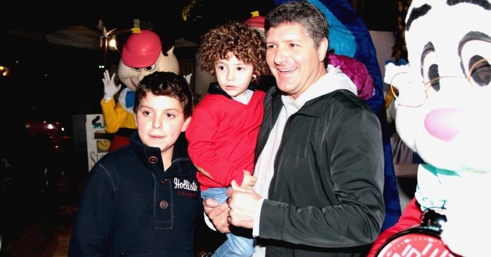O ator Fábio Villa Verde posa com os dois filhos na entrada do aniversário das filhas de Rodrigo Faro, em São Paulo (17/6/12)