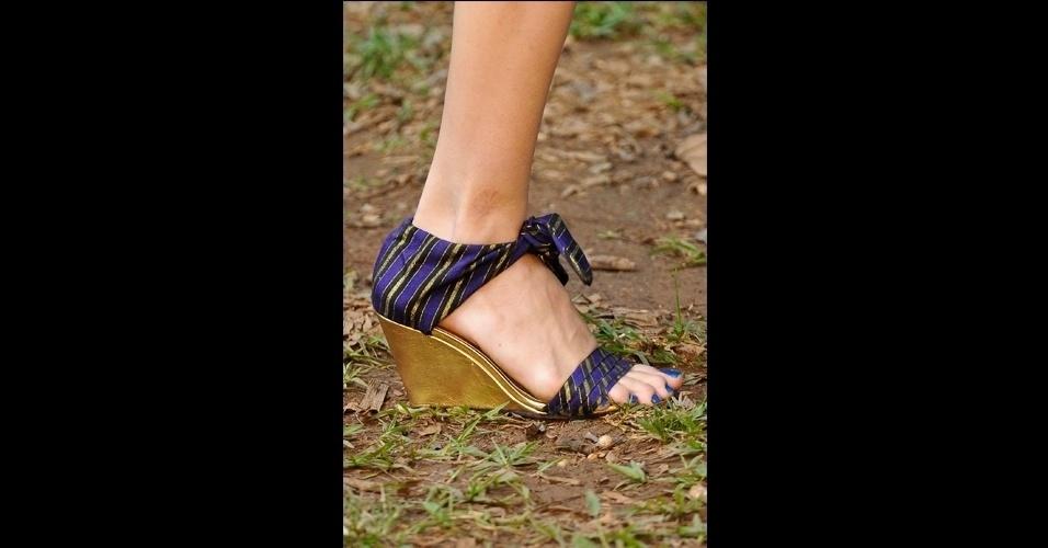 O salto anabela apareceu mais baixo no desfile da Neon. O modelo com tecido amarrado ao tornozelo mostra uma imagem mais artesanal