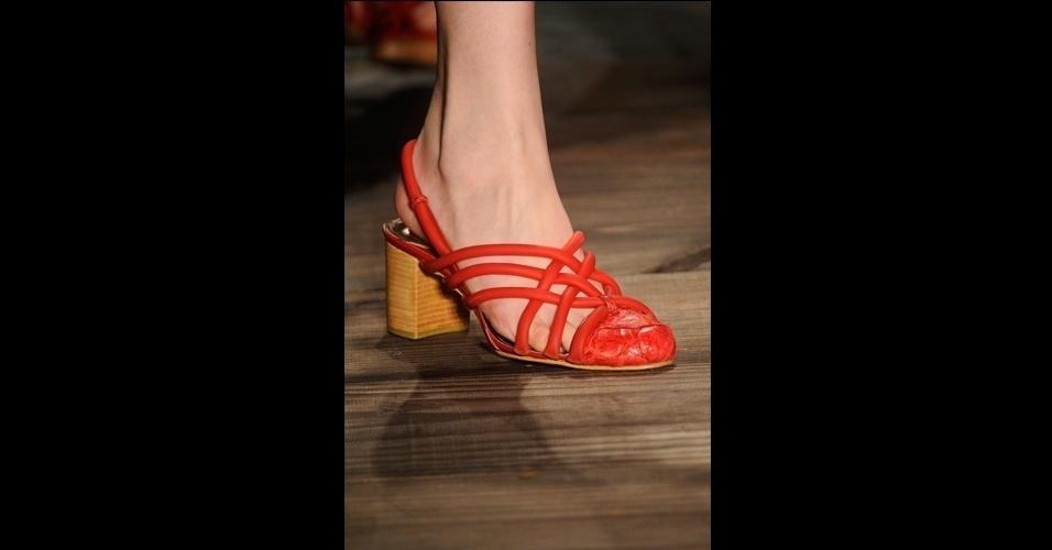 O salto grosso e baixo também apareceu no desfile de Ronaldo Fraga, em sapatos com canudos de borracha criados em parceria com a designer Luiza Perea