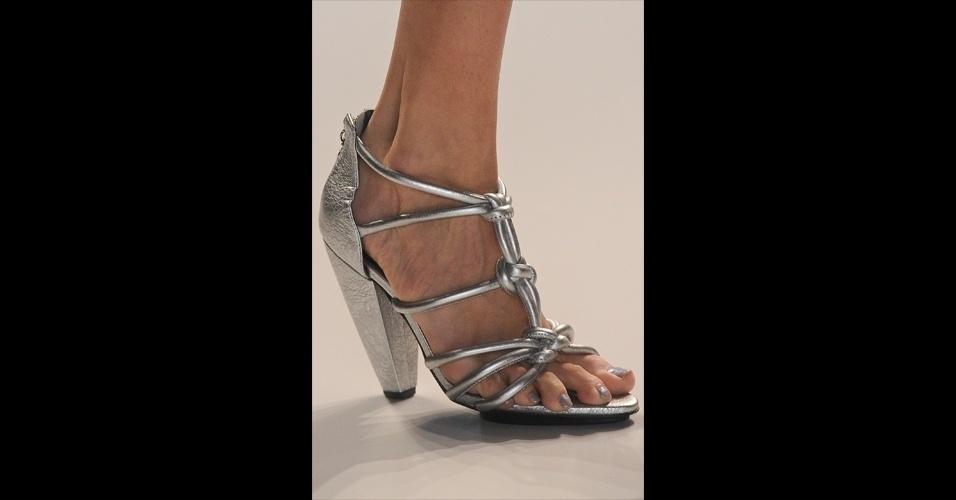 Os pés também poderão respirar no próximo verão. As sandálias apareceram em modelos mais tradicionais, como o metalizado da Iódice