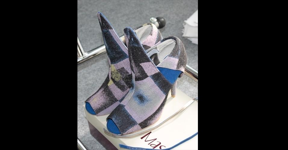 """Os sapatos estampados também apareceram no desfile de Fernanda Yamamoto, que apresentou modelos com design """"conceitual"""" em parceria com a Masqué"""