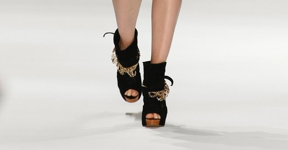 Os sapatos pesados entraram na moda há algumas estações, mas provaram que continuarão com fôlego para o verão. Apesar do calor brasileiro, a Têca propôs botinhas de cano curto e abertura nos dedos