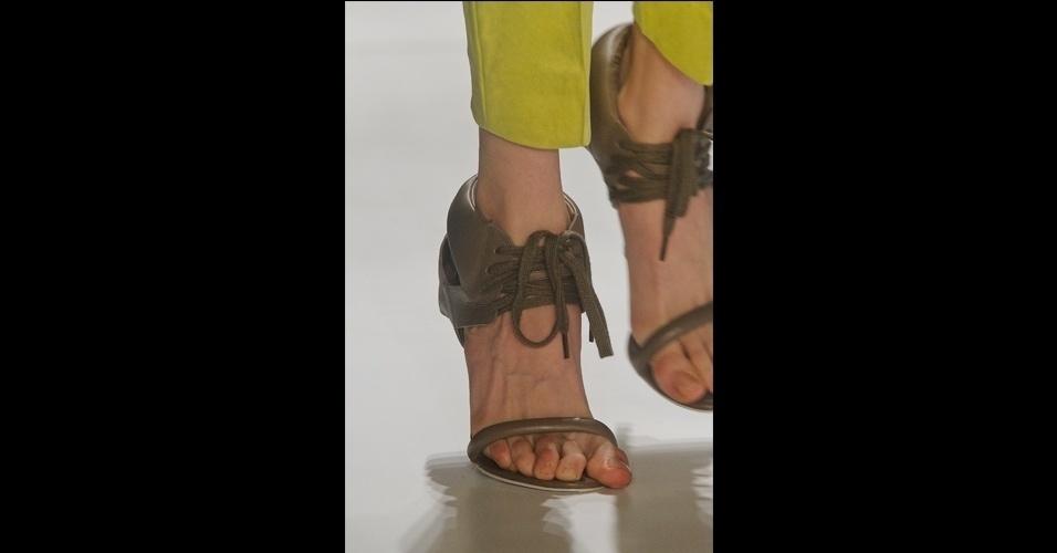 Para provar que os sapatos pesados permanecerão no verão, até as sandálias ganharam modelos mais cobertos, como as da Tufi Duek, presas ao tornozelo