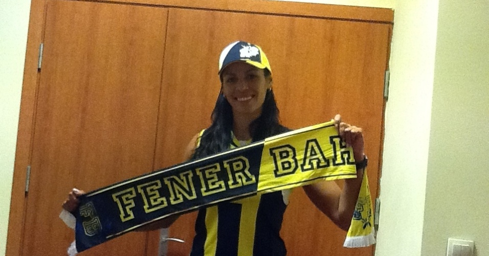 Paula Pequeno posa com camisa do Fenerbahce