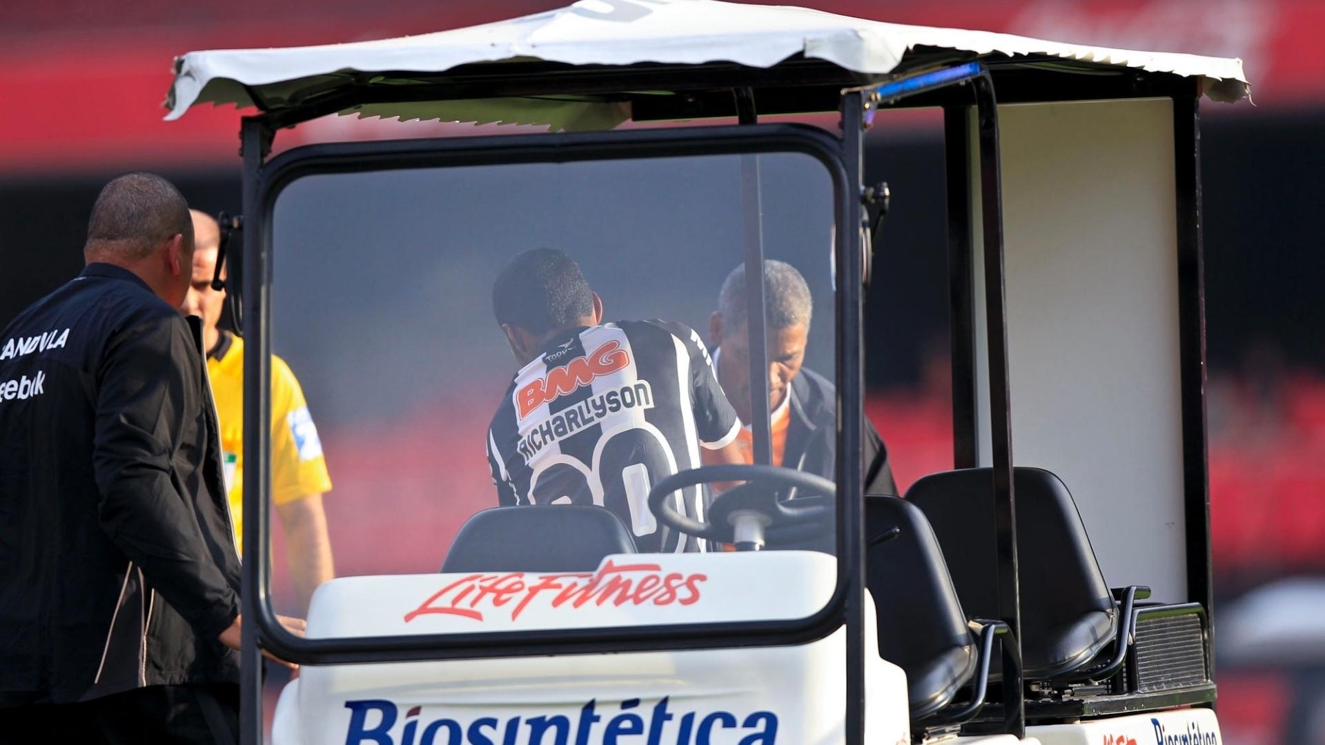 Richarlyson deixa o campo no carrinho médico após sentir contusão na partida contra o São Paulo
