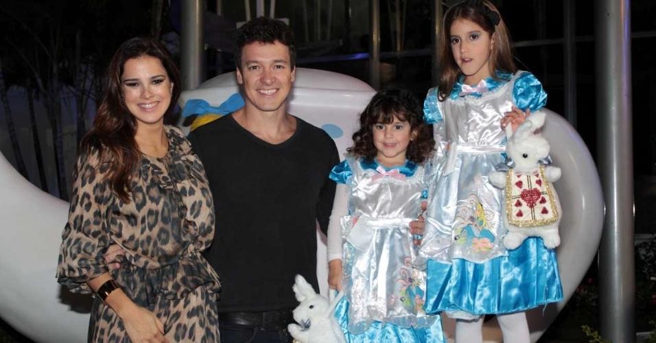 Rodrigo Faro comemora o aniversário das filhas Clara, 7, e Maria, 4, com festa em buffet infantil em São Paulo (17/6/12)