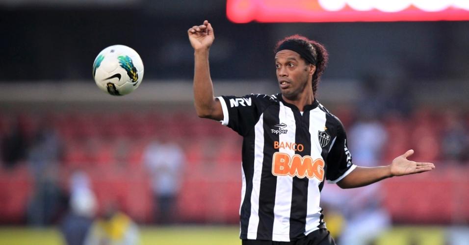Ronaldinho Gaúcho domina a bola durante a partida contra o São Paulo, no Morumbi