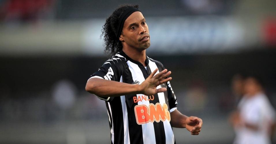 Ronaldinho Gaúcho gesticula com companheiros durante o duelo contra o São Paulo, no Morumbi