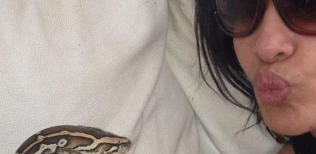 Scheila Carvalho postou no Twitter uma foto em que segura uma cobra nas mãos.