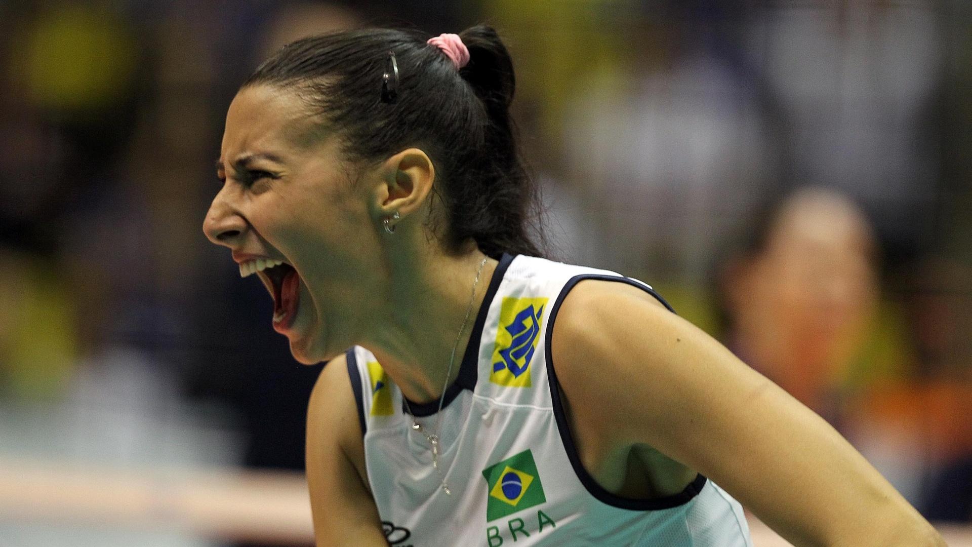 Sheilla grita para comemorar ponto durante a derrota brasileira para os Estados Unidos, pelo Grand Prix