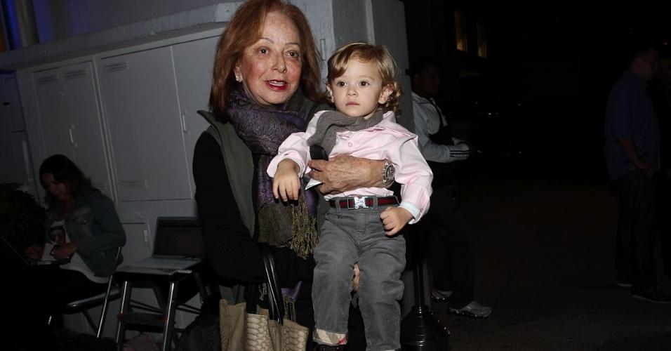 Suely Iódice, sogra de Adriane Galisteu, leva o neto Vittório à festa de aniversário das filhas de Rodrigo Faro (17/6/12)