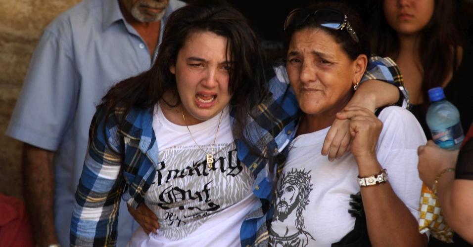 17.jun.2012 - Filha de Angelina chega ao enterro da mãe, no cemitério de Inhaúma, na zona norte do Rio de Janeiro