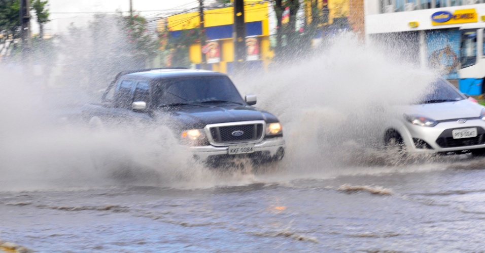 18.jun.2012 - Carro passa por ponto de alagamento no bairro de Imbiribeira, na zona sul de Recife, nesta segunda-feira