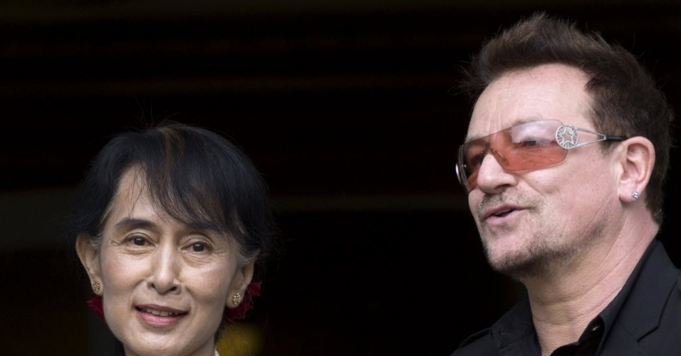 18.jun.2012 - Líder da oposição em Mianmar, Aung San Suu Kyi (esquerda) e o vocalista do U2, Bono Vox