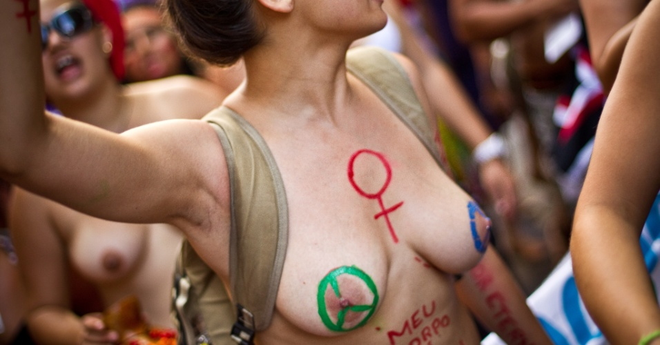 18.jun.2012 - Mulher pinta o corpo em protesto pedindo igualdade de direitos durante a Rio+20, Confer&#234;ncia da ONU sobre Desenvolvimento Sustent&#225;vel