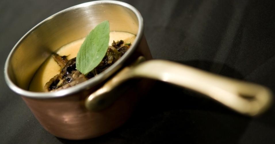 A polenta pode ser base de inspiracão para pratos juninos. Essa, do restaurante e buffet Capim Santo (www.capimsanto.com.br), é italiana e feita com ragu de cogumelos
