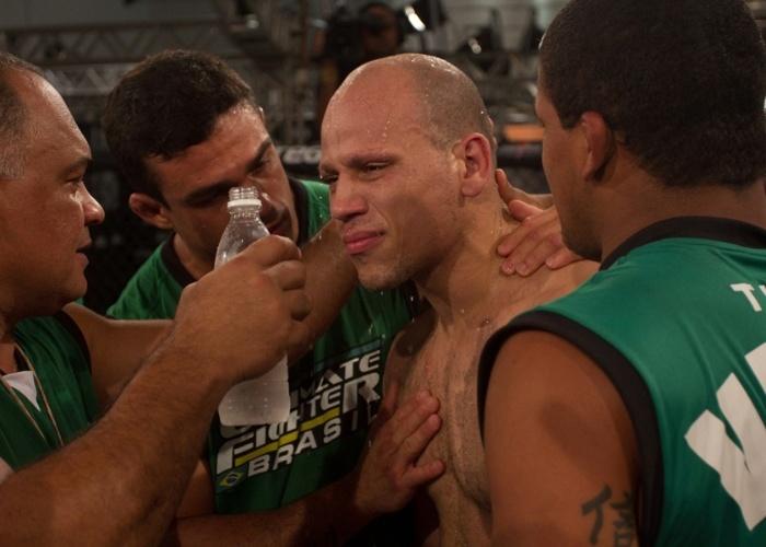 Bodão chora após derrota para Cezar Mutante na semifinal dos médios do TUF