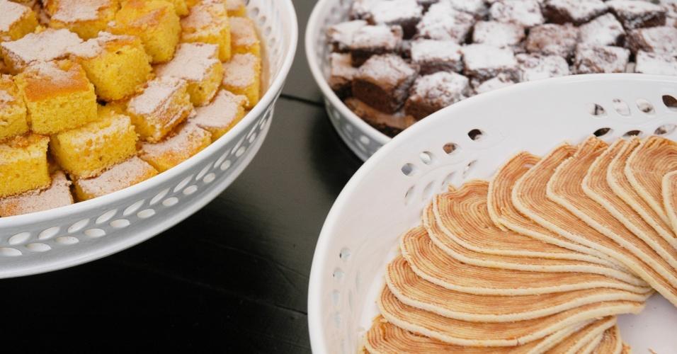 Bolo de fubá e de chocolate e bolo de rolo do buffet Arroz de Festa (www.arrozdefesta.com.br)