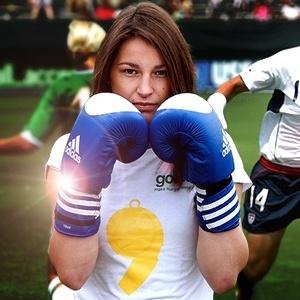 : Boxeadora leva a fama de 'matadora' na bola e rejeição a exibir as pernas