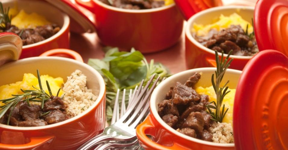 Servir em cumbuquinhas pode ser uma ótima opção para dar um clima junino e rústico ao cardápio. Inspire-se na ideia do restaurante e buffet Capim Santo (www.capimsanto.com.br)