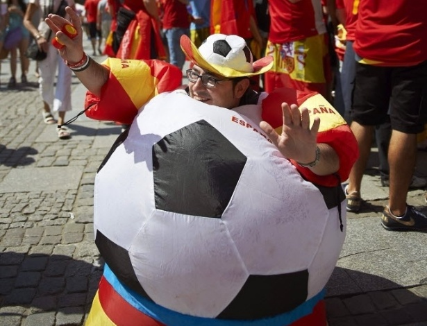 Espanhol se fantasia de bola para torcer pela seleo e faz festa nas ruas de Gdansk, na Polnia