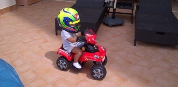 Filho de Felipe Massa anda de quadriciclo enquanto é filmado pelo pai (18/06/2012)