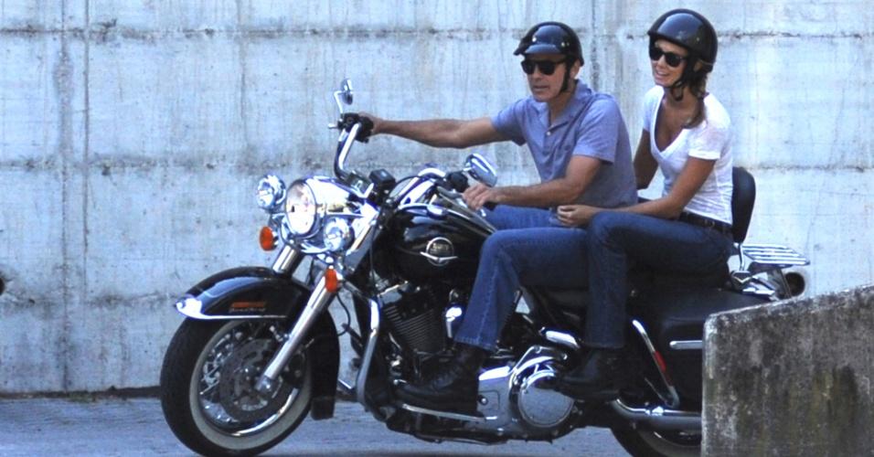 George Clooney passeia de moto com a namorada na Itália (15/6/12)