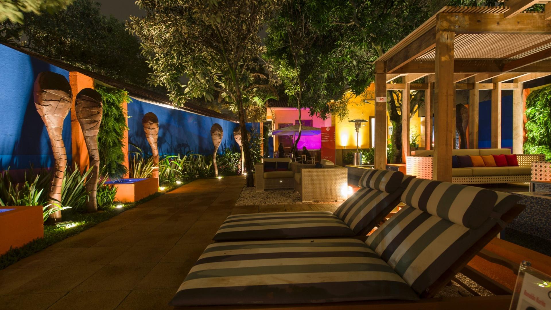 Inspirado na série Campbell's  Soup Cans do artista norte-americano Andy Warhol, o Jardim das Casas, projetado pelo arquiteto Ronaldo Kurita, une descontração e casualidade. Marcado por tons terrosos mesclados com cores vibrantes, o ambiente tem espreguiçadeiras na área do solarium e espaço para refeições
