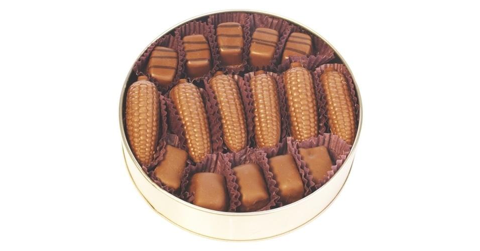 Lata São João da Chocolat du Jour traz bombons recheados com os sabores krispis e pé de moleque e são cobertos com chocolate ao leite e paçoca. Opção é boa para presentear os convidados