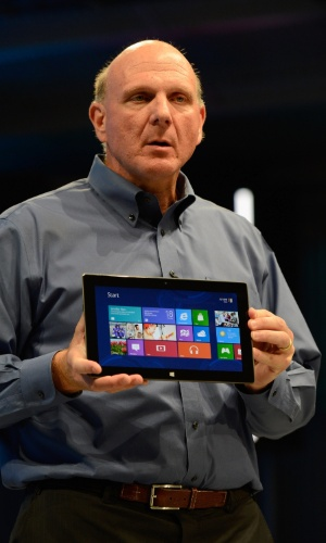 Na imagem, Steve Ballmer, CEO da Microsoft, apresenta ultraport&#225;til
