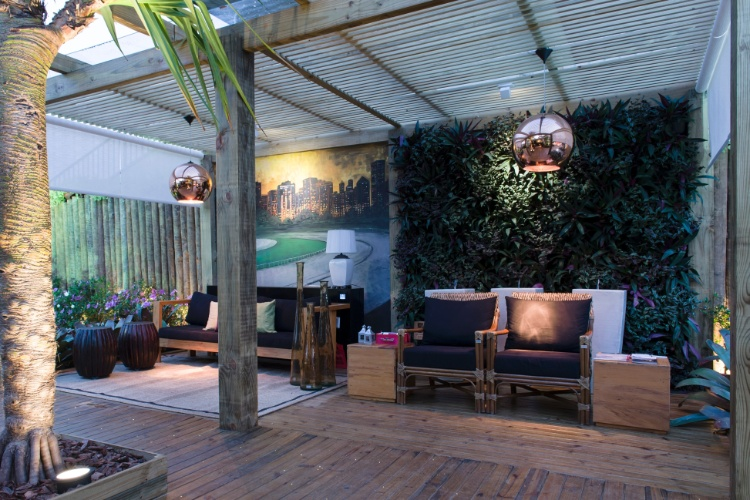 O Jardim da Saída, assinado por Sara Palomine, Meire Lemes e Felipe Marcarenhas, reflete no paisagismo as quatro estações do ano. Destaque para a automatização de toda a iluminação e parte elétrica e a utilização de fibra ótica no projeto luminotécnico